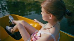 年轻苗条妇女在度假乘坐筏在公园河在夏天 股票视频