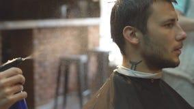 年轻英俊的人在理发店 股票视频