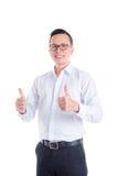 年轻英俊的做赞许的人佩带的白色衬衣 免版税库存照片