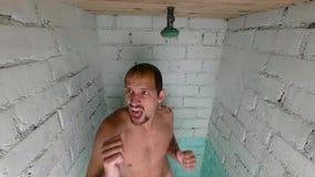 年轻英俊的滑稽的人洗澡 在阵雨的舞蹈 慢的行动 股票视频