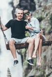 年轻蜜月夫妇在密林摇摆在瀑布,巴厘岛,印度尼西亚附近 Ubud 免版税库存图片