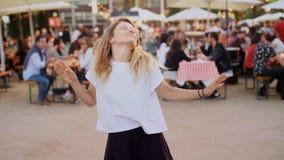 年轻行家千福年的滑稽的舞蹈移动 股票视频