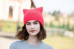 年轻行家女孩画象桃红色羊毛盖帽的 免版税图库摄影