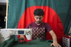年轻裁缝Md Rashed Alam,在达卡,孟加拉国变老28面制造的孟加拉国的国旗 免版税图库摄影
