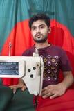 年轻裁缝Md Rashed Alam,在达卡,孟加拉国变老28面制造的孟加拉国的国旗 库存图片