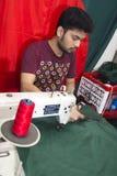 年轻裁缝Md Rashed Alam,在达卡,孟加拉国变老28面制造的孟加拉国的国旗 库存照片