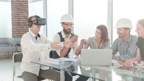 年轻设计师使用虚拟现实玻璃在会议上在办公室 免版税图库摄影