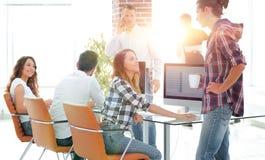 年轻设计师在一个现代办公室工作 免版税库存图片