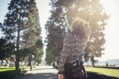 年轻访问五颜六色的里斯本的行家旅游街道摄影师 享有五颜六色和繁忙的城市生活 库存照片