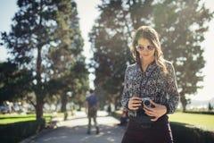 年轻访问五颜六色的里斯本的行家旅游街道摄影师 享有五颜六色和繁忙的城市生活 免版税图库摄影