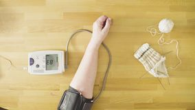 年轻资深妇女人测量的血压  影视素材