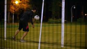年轻足球运动员踢球,飞行到守门员,拿到球 股票视频