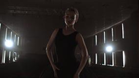 年轻跳芭蕾舞者身分剪影回到照相机的 站立回到的典雅的年轻芭蕾舞女演员轻的剪影  股票录像