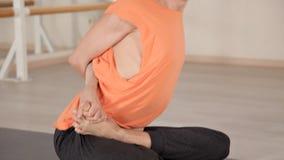 年轻运动人在瑜伽姿势坐在健身房的蓝色席子与镜子 瑜伽,体育,放松,灵活 影视素材