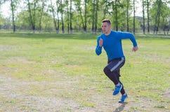 年轻运动员奔跑 库存照片