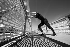 年轻运动员实践室外 图库摄影