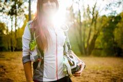 年轻运动员的图象有自行车盔甲的在秋天森林 库存照片