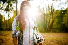 年轻运动员的图象有自行车盔甲的在秋天森林 免版税图库摄影
