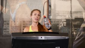 年轻运动妇女画象一条走的轨道的 逗人喜爱的运动的妇女喝水,当训练时 生活和体育 股票录像