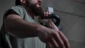 年轻运动有胡子的白种人在健身房的人举的哑铃特写镜头射击户内 股票录像
