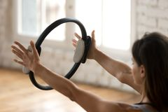 年轻运动的与pilates ri的妇女实践的健身锻炼 免版税库存照片