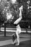 年轻运动的妇女在公园在手边站立 库存图片