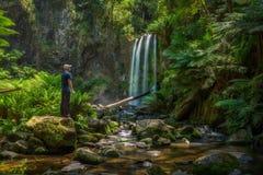 年轻远足者看看Hopetoun在澳大利亚下跌 库存图片
