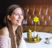 年轻迷人妇女微笑 免版税图库摄影