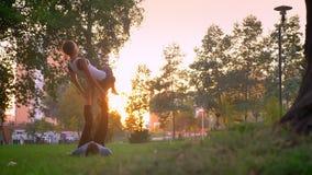 年轻适合女性和男性训练特写镜头射击后面弓acroyoga姿势在户外公园 股票视频