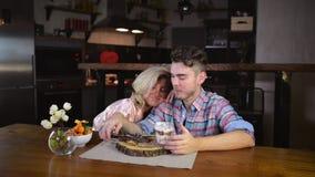 年轻逗人喜爱的夫妇一起坐 股票视频