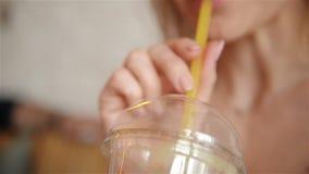年轻逗人喜爱的女孩热切地喝从秸杆的一个鸡尾酒 ?? 影视素材