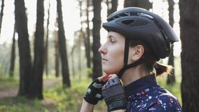 年轻逗人喜爱的triathlete在黑循环的盔甲投入 愉快的骑自行车者画象 三项全能概念 股票视频
