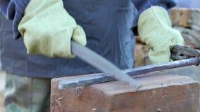 年轻铁匠工作金属 工匠,私有铁匠铺的高地居民在村庄 慢的行动 影视素材