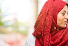 年轻阿拉伯在自然本底的妇女佩带的hijab 免版税库存图片
