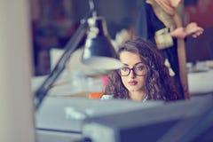 年轻阿拉伯女商人佩带的hijab,运作在她起始的办公室 变化,多种族概念 免版税库存图片