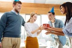 年轻集体庆祝的生日聚会 图库摄影
