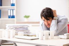 年轻雇员使上瘾对咖啡 库存图片