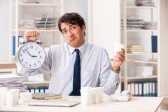 年轻雇员使上瘾对咖啡 库存照片