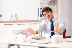 年轻雇员使上瘾对咖啡 免版税库存照片