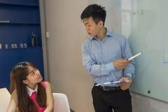 年轻雇员听有集中的上司 免版税库存照片