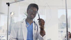 年轻非洲医生写在某一医疗惯例上在会议室在医院 美国黑人的医生 影视素材