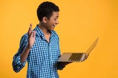 年轻非裔美国人的人与膝上型计算机一起使用 免版税库存图片