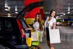 年轻顾客在汽车投入了购买 免版税库存照片