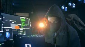年轻黑客与计算机,关闭一起使用 股票录像