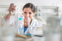 年轻,女性研究员在实验室 库存照片