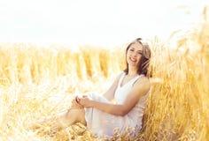 年轻,情感和愉快的妇女在黑麦草甸  美好的g 免版税图库摄影