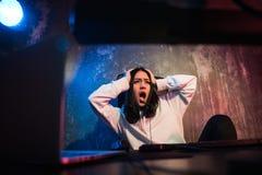年轻cyberbullying害怕的哀伤和沮丧在恐惧面孔表示的少年妇女被滥用的遭受的互联网参加  免版税库存照片
