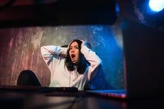 年轻cyberbullying害怕的哀伤和沮丧在恐惧面孔表示的少年妇女被滥用的遭受的互联网参加  免版税库存图片