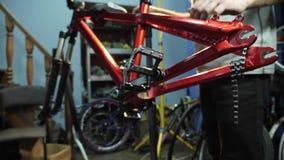 年轻mahanic的定象的手在自行车的踏板 特写镜头 股票录像