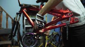 年轻mahanic的定象的手在自行车的踏板 特写镜头 股票视频